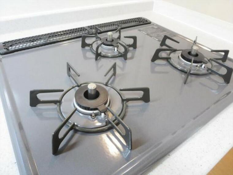キッチン (リフォーム済)キッチンの熱源はガスです。3口コンロで効率よく調理できますよ。全コンロSiセンサー付きで、過熱になったときは自動で消火してくれるのも嬉しい仕様です。
