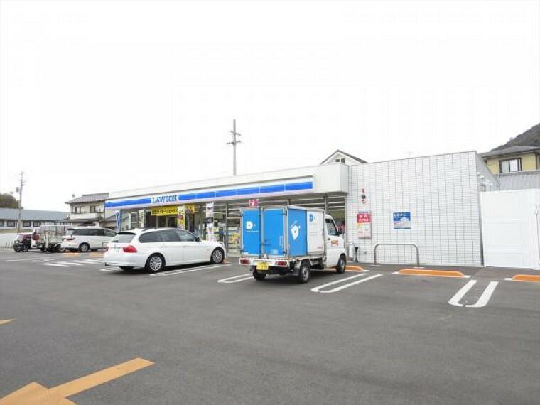 コンビニ ローソン 高松屋島東町店まで470m、車で1分です。時間を気にせず各種支払やチケット購入などに行けるのも便利ですね。