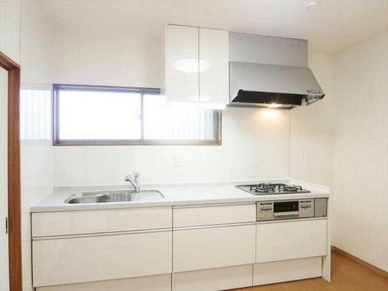 キッチン (リフォーム済)新しく設置した永大産業製のキッチンです。人工大理石のワークトップはパンやパイ生地もダレずにこねられるスグレモノ。お料理のレパートリーも増えそうですね。画像は実際の写真に家具や調度品をCG合成したものです。