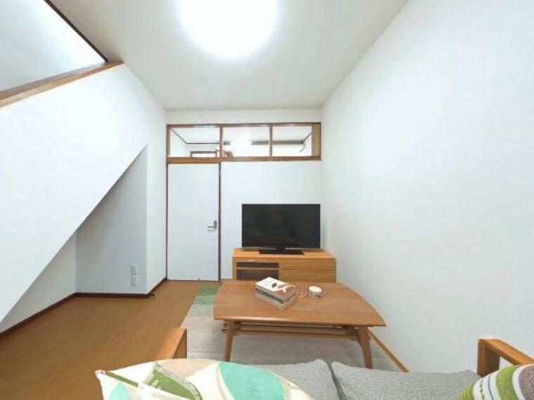 居間・リビング 価格には消費税、リフォーム費用を含みます。自社物件につき随時ご案内可能。内覧希望の方はお電話ください。LDKはクロス及び床材の貼替を行いました。画像は実際の写真に家具や調度品をCG合成したものです。