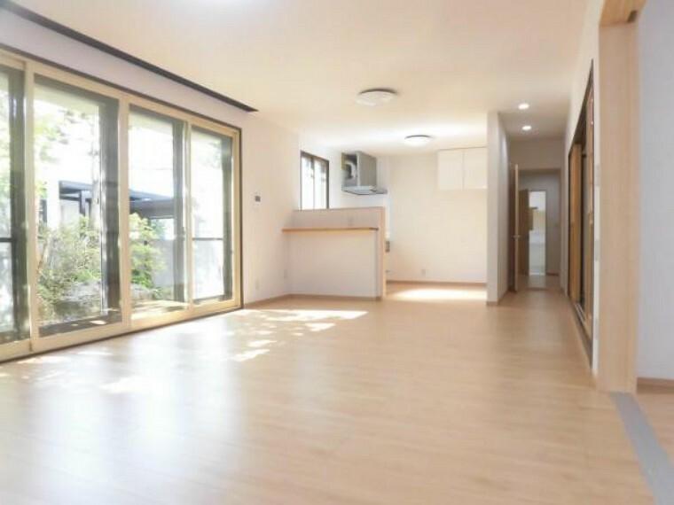 居間・リビング 【リフォーム後】リビングは床のフローリング、壁はクロスを貼り替え、照明の交換などを行いましたのでとても明るい空間に生まれ変わりました。