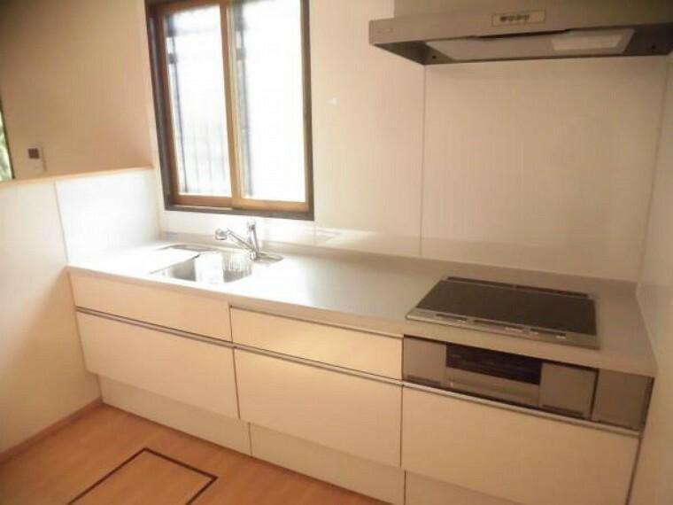 キッチン 【リフォーム後】キッチンは永大産業製の新品に交換しました。天板は人工大理石製なので、熱に強く傷つきにくいため毎日のお手入れが簡単です。