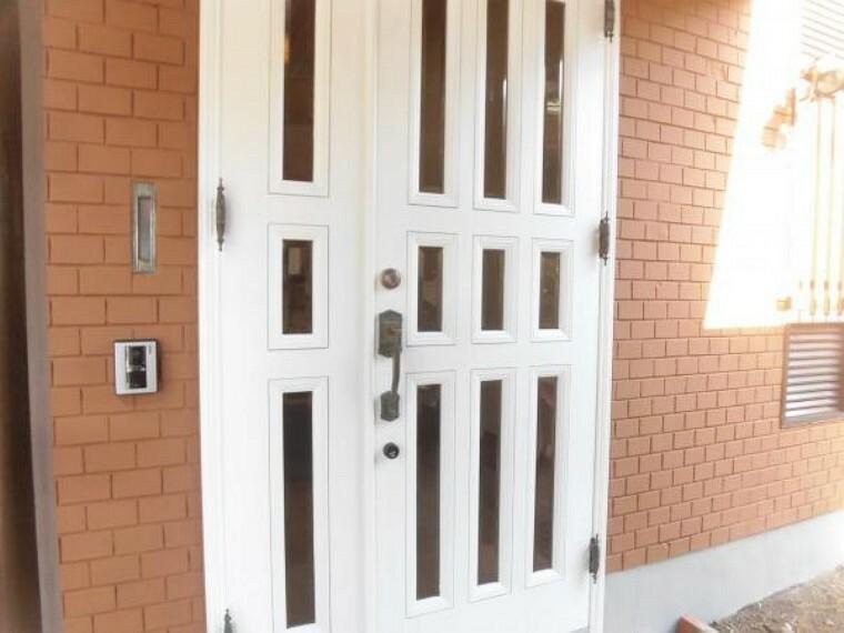 玄関 【リフォーム後】玄関ドアは塗装と鍵交換を行いました。防犯面を考えても新品の鍵になってるので安心してご入居頂けます。