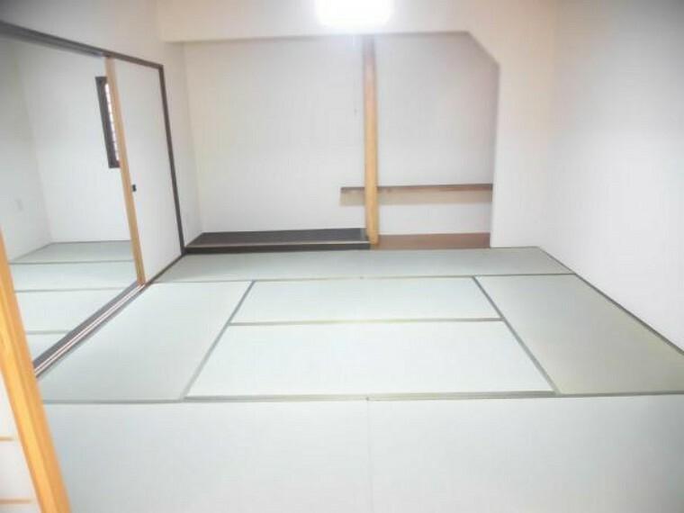 【リフォーム後】1階和室は畳の表替え、壁と天井のクロスの貼り換え、照明の交換等を行いました。リビングから続き間になっているのでゆったりとすることができるスペースです。