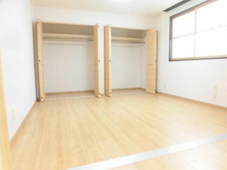 【リフォーム後】1階洋室は床のフローリングの上張り、壁・天井のクロスの貼替、照明の交換等を行いました。収納も多く8帖とゆったりしたお部屋なので寝室としてもピッタリです。