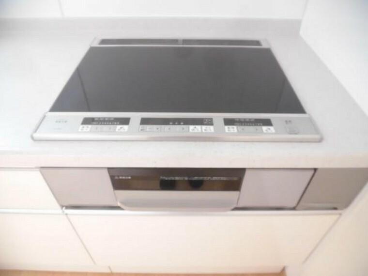 キッチン 【リフォーム後】新品に交換したキッチンは3口コンロなので同時進行で調理可能。大きなお鍋を置いても困らない広さです。火を使わないので小さなお子さんがいるご家庭では安心ですね。