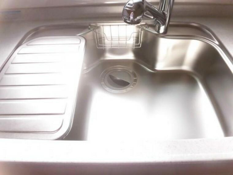 キッチン 【リフォーム後】新品に交換したキッチンのシンクはサビにくく熱に強いステンレス製です。水はねの音を抑える静音設計で、従来よりもさらに水音が静かになっています。