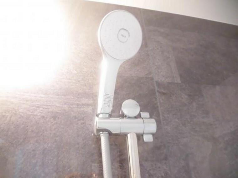 浴室 【リフォーム後】新品に交換したユニットバスのシャワーヘッドです。従来製品よりさらに節水を実現。シャワーの勢いはそのままに、省エネに大きく貢献しています。