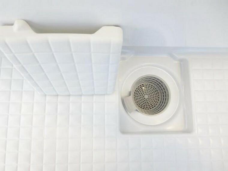 浴室 【リフォーム後】新品に交換したユニットバスの排水口は、流れる水の力だけで髪の毛をキレイにまとめてくれ、簡単に捨てられるのでお掃除がラクにできます。