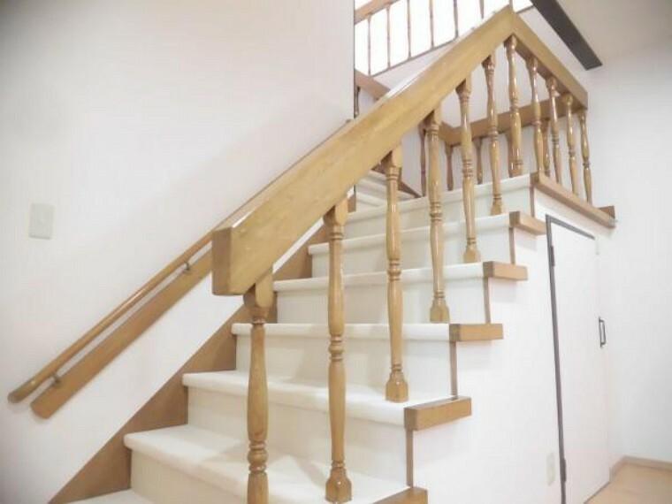 【リフォーム後】当住宅は二階建なので階段があります。階段はカーペット貼り、手すりのクリーニングを行いました。手すりのおかげで安全に上り下りできます。