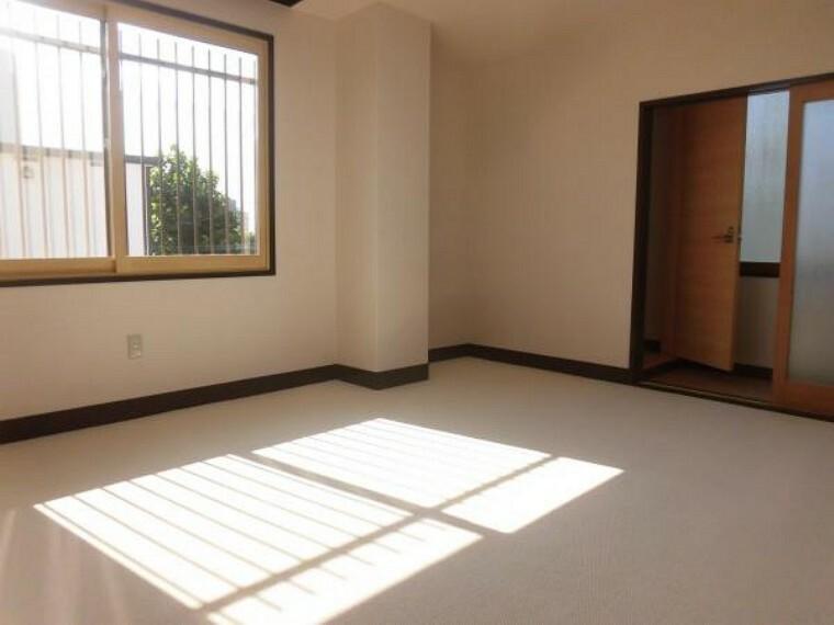 【リフォーム後】2階西側洋室は床のカーペット貼り、壁・天井のクロスの貼替、照明の交換、ミニキッチンの撤去等を行いました。扉を挟んでトイレもあるので第二のリビングとして家族が集まる場にいかがでしょうか