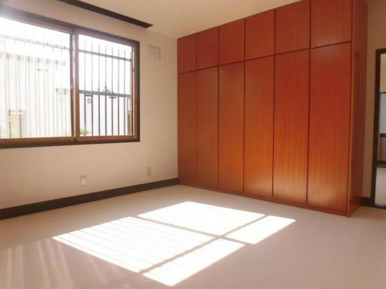 【リフォーム後】2階南西側洋室の床もカーペット、壁・天井のクロスの貼替、照明の交換等を行いました。西側の洋室と続き間になっており収納も充実しているため寝室にピッタリです。