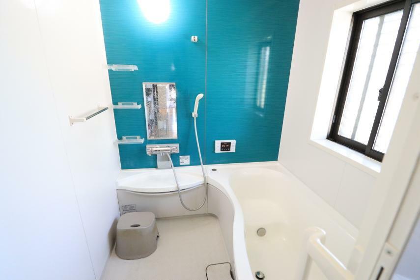 浴室 鮮やかなカラーのバスルームでゆったりとくつろげます!