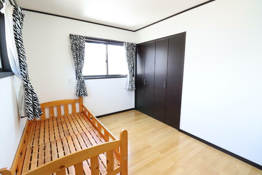 洋室 各部屋に収納スペース付いてます