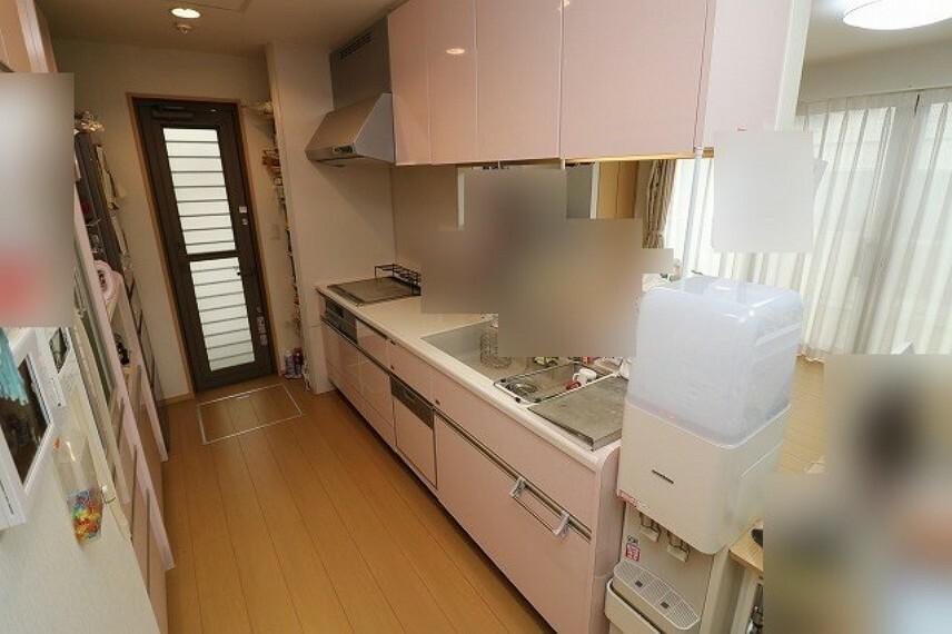キッチン 人気の対面式システムキッチン搭載(IHクッキングヒーター・ワイドシンク・食洗器)。すぐ横には勝手口も