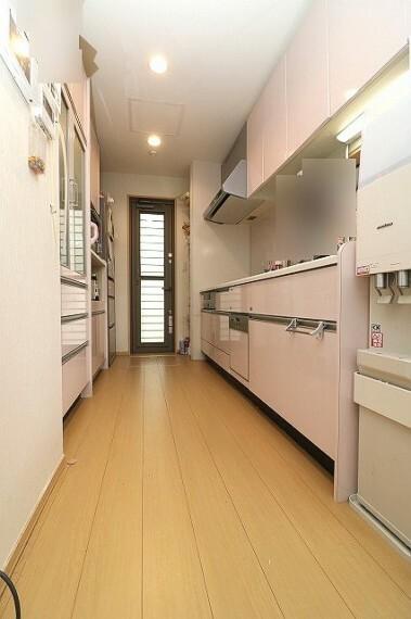 キッチン キッチン向かいには大きな食器棚も