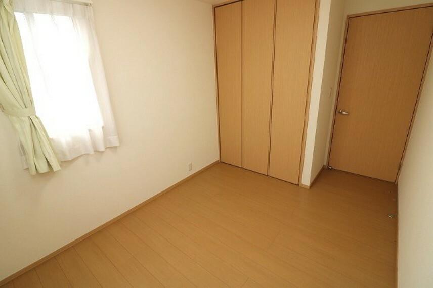 2Fには全部で3部屋の洋室があります。各居室収納あり!