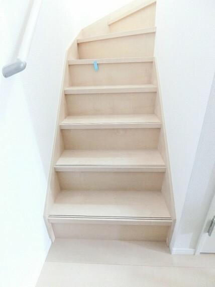 階段には手すりが設置してあります。