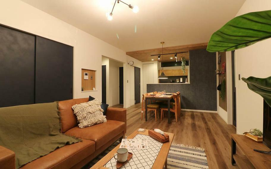 リビングダイニング 3号地■家具や雑貨で装飾をほどこし、「家そのもの」の魅力だけではなく、「住まい方」もイメージできるお家です。