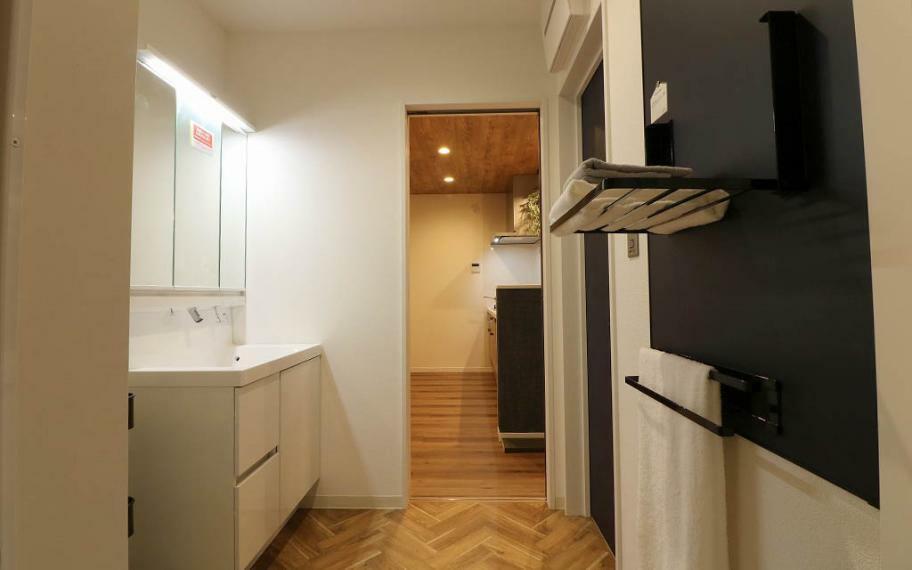 """洗面化粧台 3号地■洗面室へはキッチンと廊下からの2WAYアクセスに。お料理、洗濯をしながらの""""ながら家事動線""""で時間短縮ができます。"""