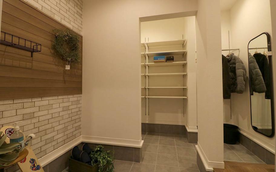 玄関 3号地■アウトドア用品やコートなどなんでも収納できちゃいます。玄関の壁には羽目板を使いました。ラフな木目感がアウトドア用品の収納にぴったりです。
