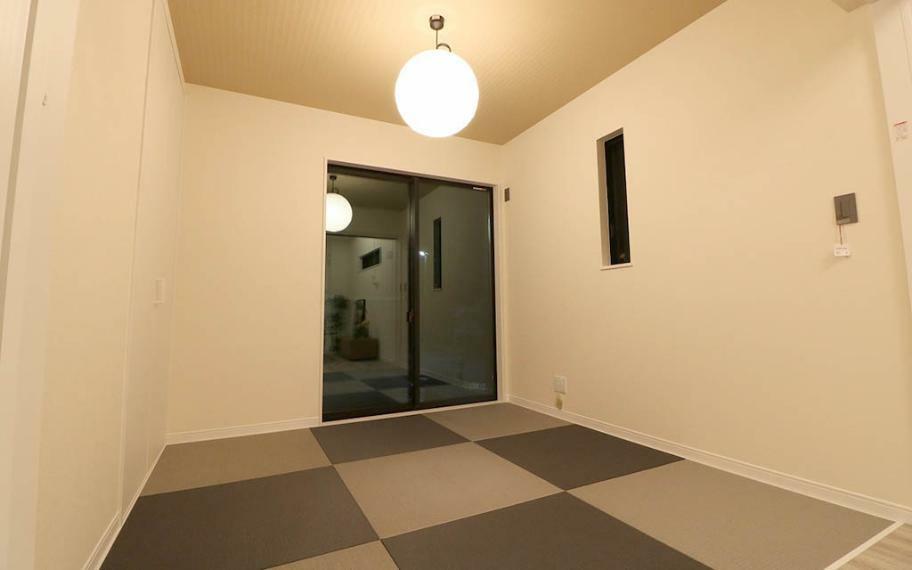 和室 4号地■普段は開け放しておけば、リビングと同空間として使えて、個室として使用するときは扉を閉めればフレキシブルに活用できます。キッチンからも目の届くので子供の遊び場やお昼寝スペースとしても。