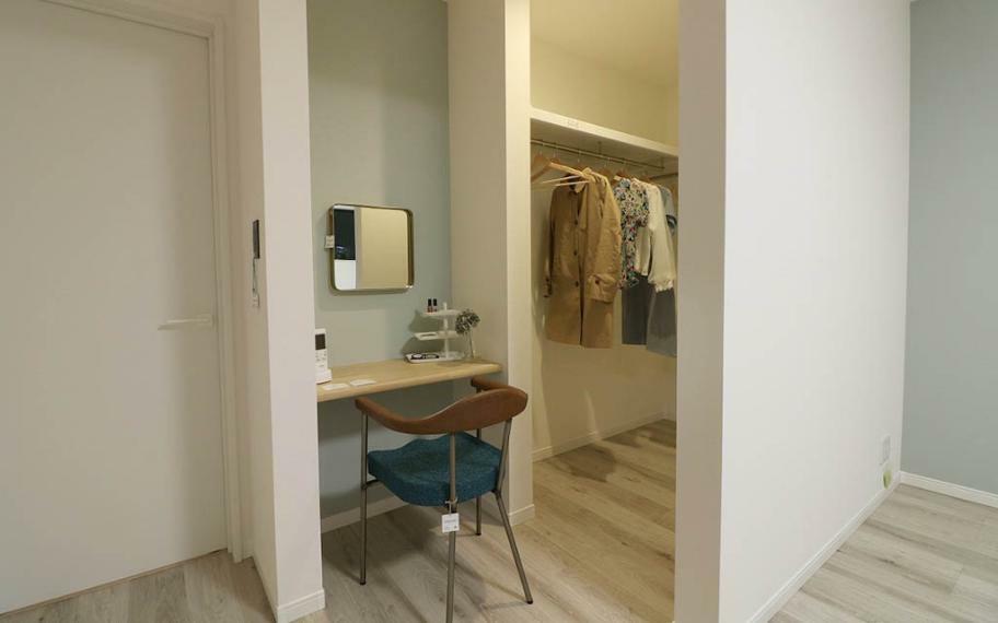 寝室 4号地■垂れ壁でゆるりと区切ったウォークインクローゼット内には、奥様にうれしいドレッサースペースが。朝の身支度をワンコーナーでシンプルに済ますことができます。