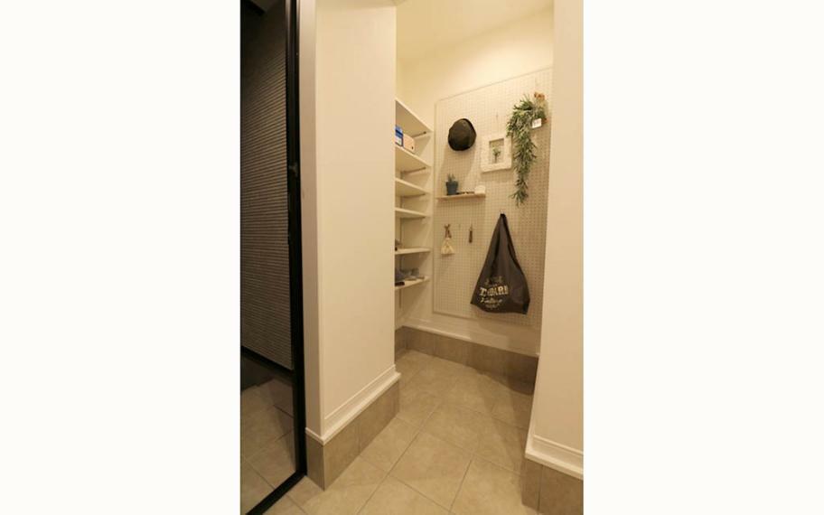 玄関 4号地■ベビーカーも楽に置ける広い玄関スペース。有効ボードにインテリアを飾ってオシャレな玄関に。