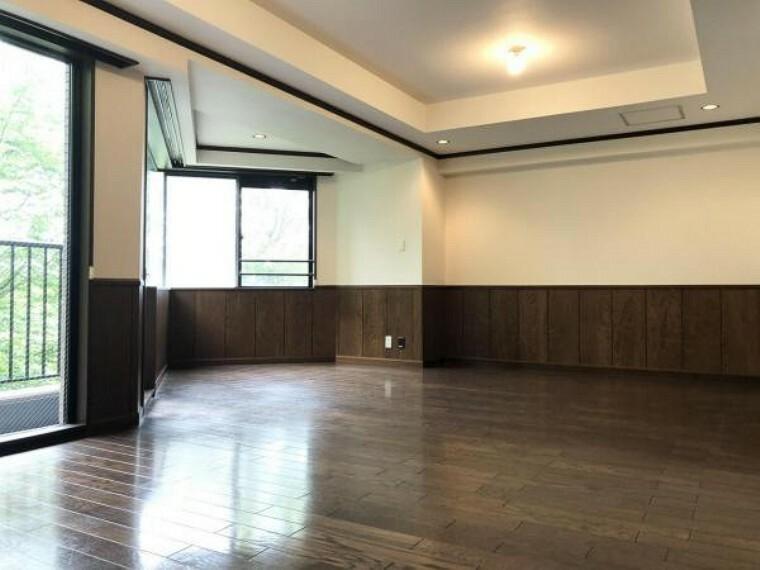 居間・リビング 17.5帖の広々したリビング、陽当たり良好で家族でくつろぐのにピッタリな空間