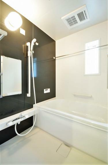 浴室 同仕様例。暖房乾燥機付きで快適!床は濡れてもすべりにくく、水はけが良いのでお手入れラクラク!シャワーは空気を含んだ大粒の水滴が心地よい節水タイプです。