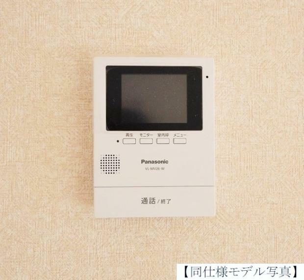 TVモニター付きインターフォン 玄関モニター同仕様例。