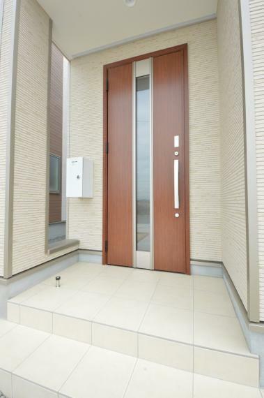 玄関 同仕様例。目隠しにもなる屋根付き玄関ポーチ。人感センサー付LEDライトで夜間の帰宅も安心です。