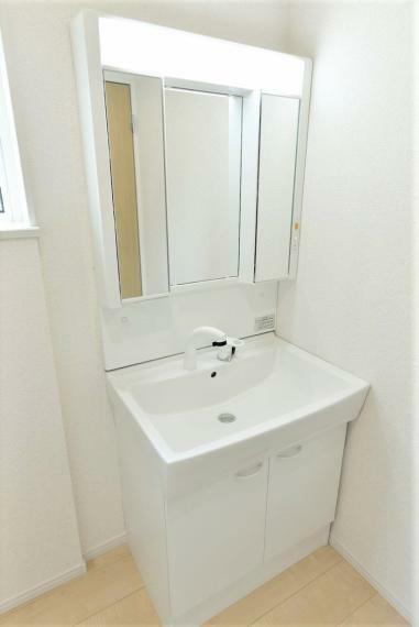 洗面化粧台 同仕様例。お手入れしやすいシャワー機能付洗面化粧台。大きな鏡で朝の準備もスムーズにできます。