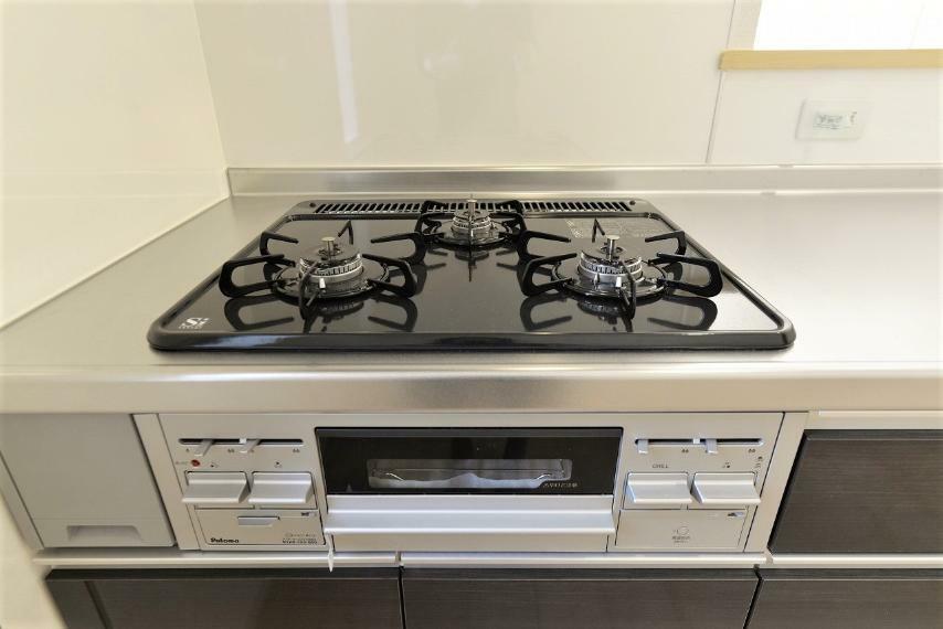 キッチン 同仕様例。立ち消え防止機能つき三口コンロ