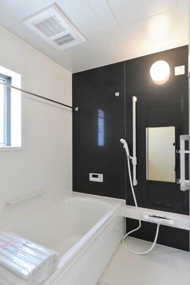 浴室 同仕様例。一日の疲れを癒してくれる、ゆったりとした広さのバスルーム。浴室乾燥機付きで雨の日や花粉の多い季節でも浴室で洗濯物を干すことができます。