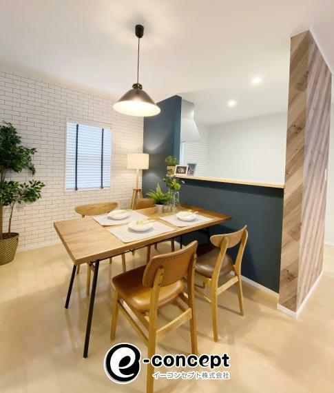 リビングダイニング 【当社オプション事例】 当社では壁紙変更、照明・カーテン取付工事も承ります!新居をこだわりの空間にしてみませんか? 建物面積:107.72平米、工事費用:580,272円(税込、家具の価格込)