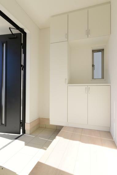 玄関 同仕様例。ファミリー向けの安心の広さと、大型のシューズクローゼットをご用意。