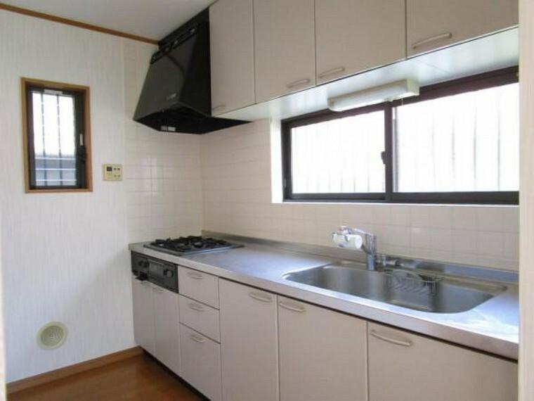 キッチン 吊り棚付きの収納豊富なキッチンです