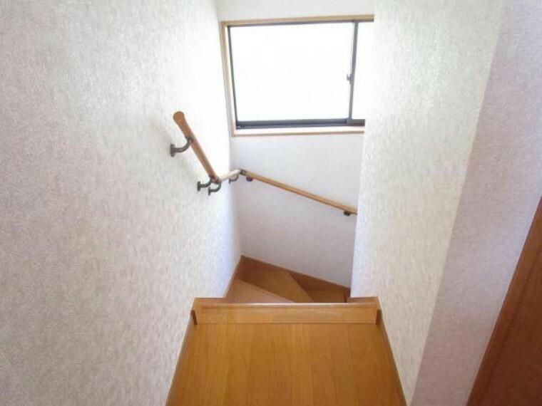 お子様や高齢者にも安心の手すり付きの階段