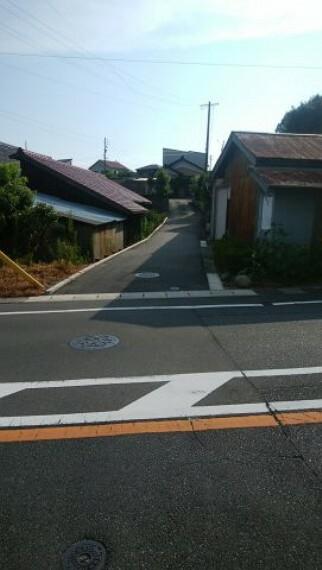 現況写真 隣人と共有の土地が県道から延びています。普通乗用車乗り入れ可能 赤道1.5~2mの画像