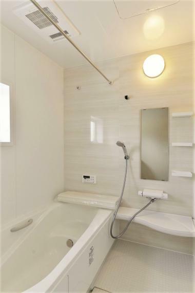 浴室 同仕様例。 一日の疲れを癒してくれる、ゆったりとした広さの浴室。暖房乾燥機付きで快適!床は濡れてもすべりにくく、水はけが良いのでお手入れラクラク!