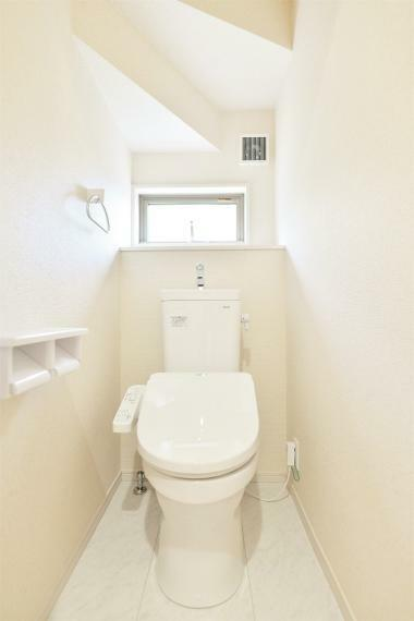 トイレ 同仕様例。 窓を備え明るく清潔感のあるお手洗い。温水洗浄便座でいつでも快適。フチなし形状でサッとひとふきでお手入れもカンタンです!