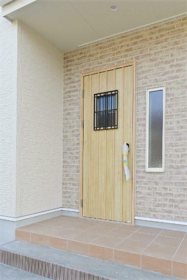 玄関 同仕様例。 玄関ドアには、便利で快適なカードキータイプの電気錠を採用。