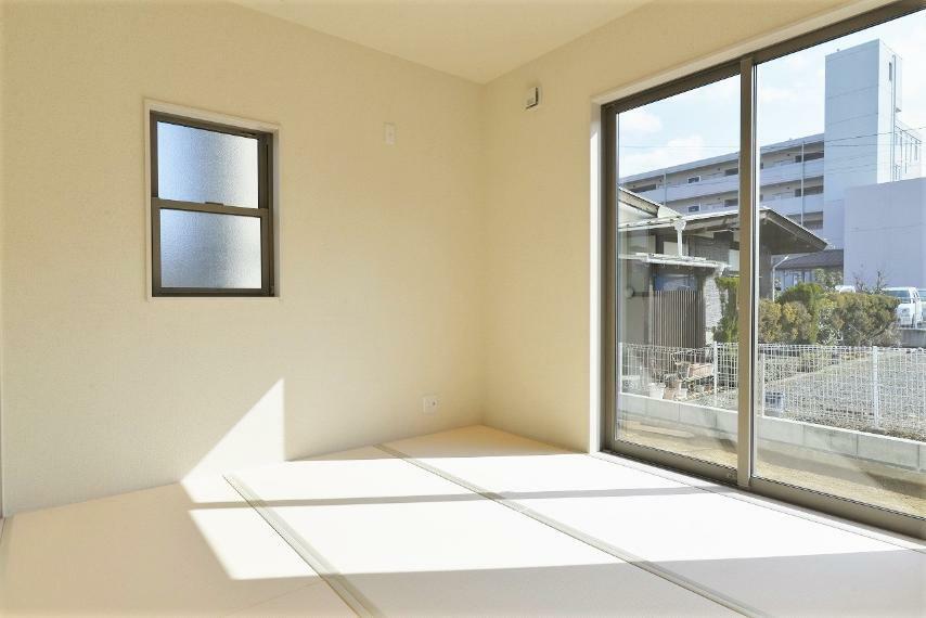 和室 同仕様例。 多目的にご利用できる洋風和室はリビングと開け放して、開放的に利用するのもいいですね。
