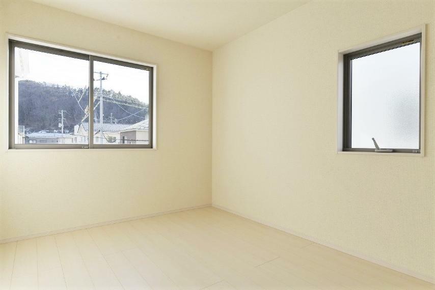 洋室 同仕様例。 居室部分の窓ガラスには、2枚のガラスの間に空気層を設けたペアガラスを採用。高い断熱性と共にガラス面の結露対策にも効果を発揮します。