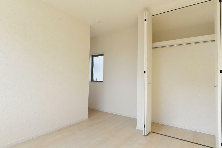 洋室 同仕様例。 各居室にクローゼットを完備。お子様の成長に合わせて荷物が増えても置場に困りません。