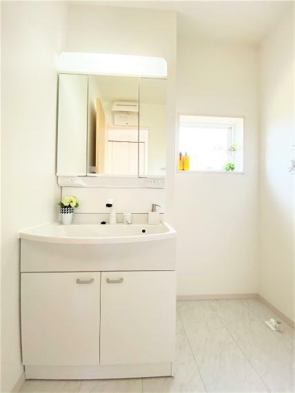 洗面化粧台 同仕様例。 ゆったりとした幅の洗面化粧台。収納スペースも充実で小物もすっきり収まります!