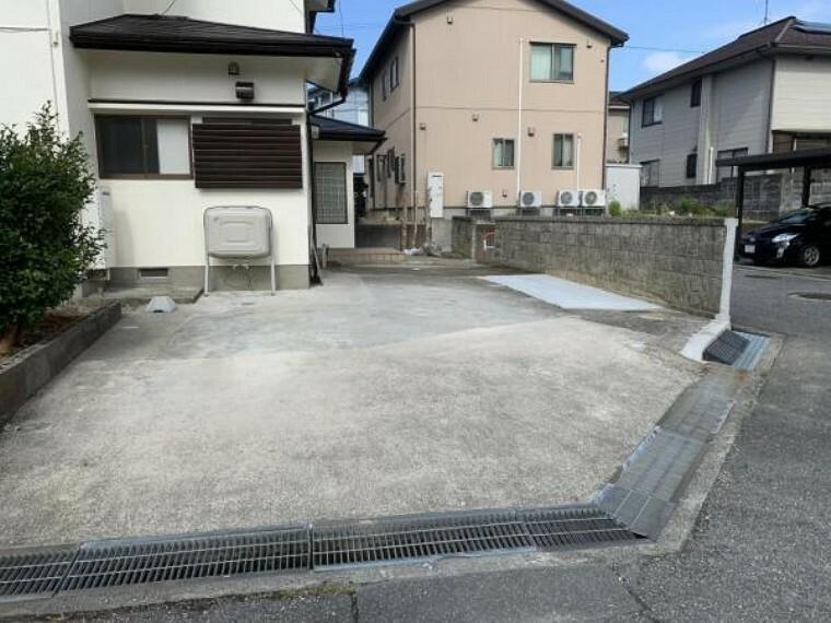 駐車場 【リフォーム済】カーポートを撤去し、塀を一部解体を行いカースペースを増設したことで3台の駐車が可能になりました。