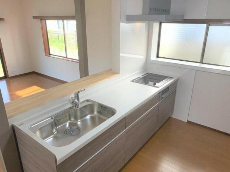 キッチン 【リフォーム済】キッチンはハウステック製の新品に交換しました。引出が7つの嬉しい多収納タイプ。天板は熱や傷にも強い人工大理石仕様なので、毎日のお手入れが簡単です。