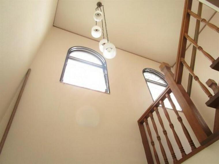 【リフォーム済】玄関は吹き抜けになっており開放感があります。クロスの張替えも行いましたので、より明るくなりました。